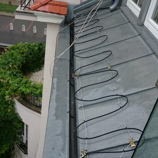 kable grzejnu ułożony na dachu nad oranżerią