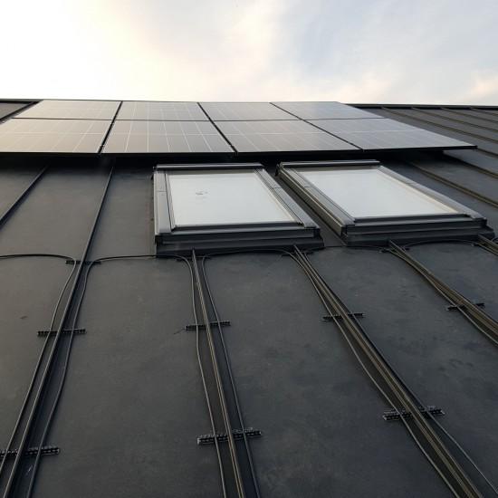 Odsniezanie paneli slonecznych dachu i rynien